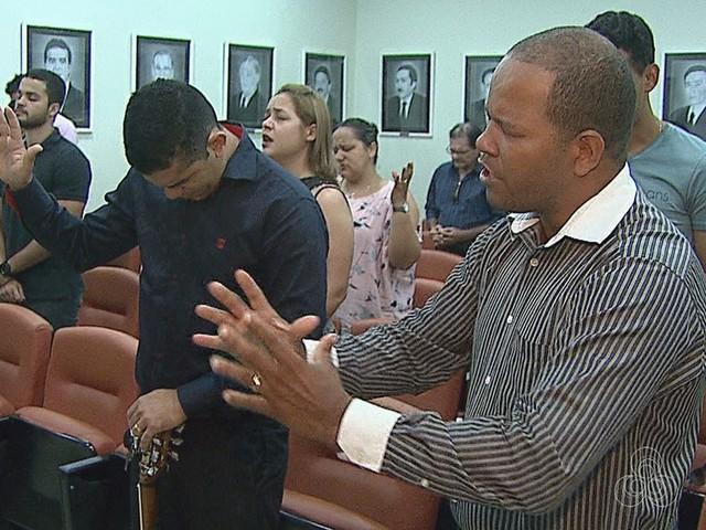 Em ação, jovem pede fim de cultos na Assembleia Legislativa do AC