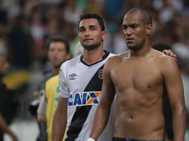 Zagueiro Rodrigo, do Vasco, alfineta o Flamengo em entrevista: 'Está morto, de férias'