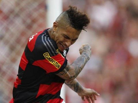 Guerrero provoca crise no Flamengo. Garante que jejum de gols é por estar jogando contundido, à base de infiltrações. Médico, revoltado, desmente o peruano. Acabou a harmonia na Gávea…