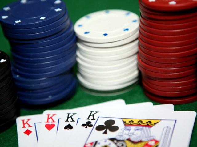Facebook : le réseau social fait la guerre au Poker