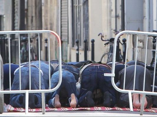 Bordeaux : la mosquée débordée, ils prient dans la rue