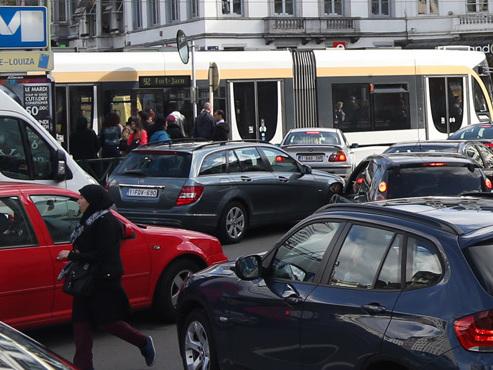 Révolution en vue au rond-point Louise: selon plusieurs médias, les voitures ne pourront plus traverser les rails du tram