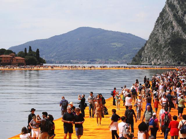 À peine ouvertes, les passerelles de Christo sont déjà saturées sur le lac d'Iseo en Italie