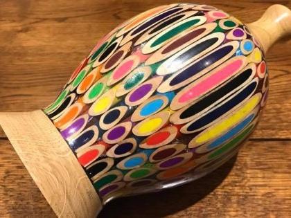 La manière dont cet ébéniste recycle des crayons de couleur est fascinante