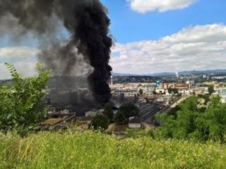 Spectaculaire incendie dans une usine de produits chimiques près de Lyon