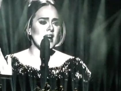 Adele chante pour les victimes des attentats de Paris (VIDEO)