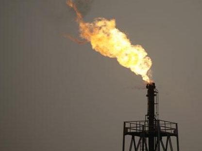 Le pétrole baisse, de nouveau plombé par l'offre surabondante