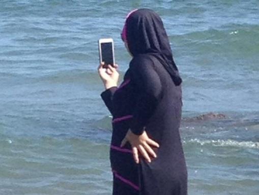 """""""In Francia troppi divieti"""". E sulle spiagge di Alassio è boom di turiste col velo"""