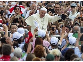 """Papa: tutti tentati da fastidio per migranti, ma vediamoli """"fratelli"""""""