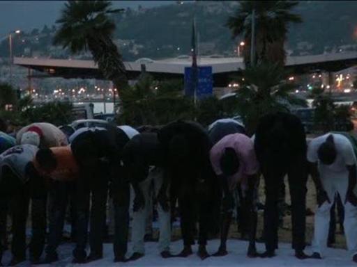 Ramadan, migranti pregano in spiaggia a Ventimiglia