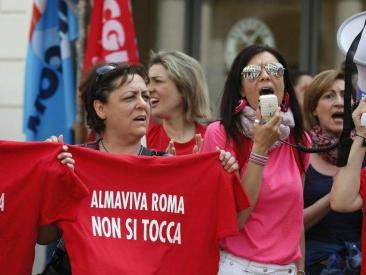"""Almaviva, il gruppo chiude sedi a Roma e Napoli e taglia 2.500 posti: """"Troppi call center delocalizzati in Albania"""""""
