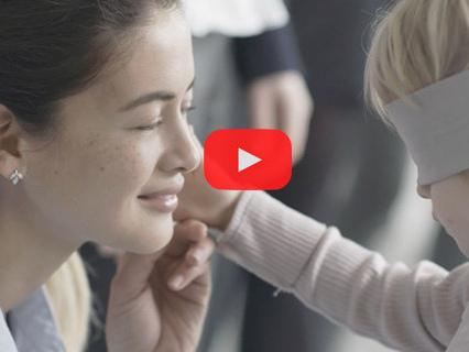 I bimbi riconoscono la loro mamma a occhi chiusi: il commovente video per la Festa della Mamma