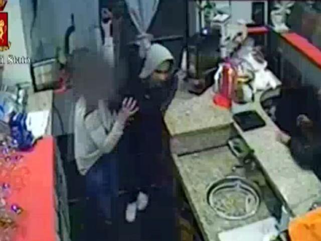 Rapina a Barriera di Milano, barista di 20 anni minacciata con un coltello: due arresti