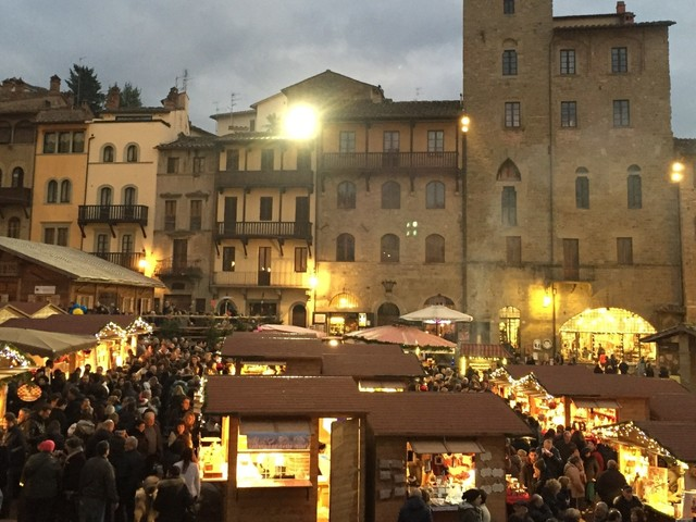 Da Arezzo a Cortona, un natale di giochi d'acqua e luce, un pizzico di design e antiquariato