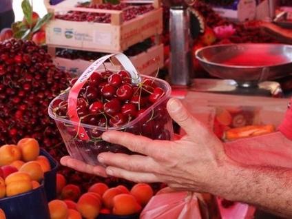 Via Dandolo si veste a festa Torna la sagra delle ciliegie