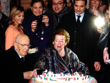 """Il Rione Monti abbraccia Napolitano: """"Benvenuto presidente"""". Taglio della torta con Clio"""