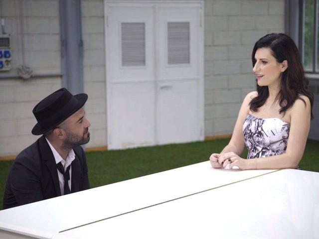 """Laura Pausini, pianoforte e voce con Giuliano Sangiorgi per """"Sono solo nuvole"""": video e testo canzone"""