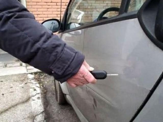 Auto rigata mentre è parcheggiata: ecco come farsi risarcire