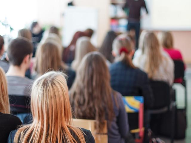 Sospesi 22 studenti delle medie che filmavano i professori in classe. I video finiti su Whatsapp