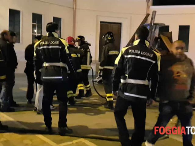 VIDEO | Arrivano i vigili del fuoco (per spegnere il falò): ragazzi reagiscono lanciando le pietre