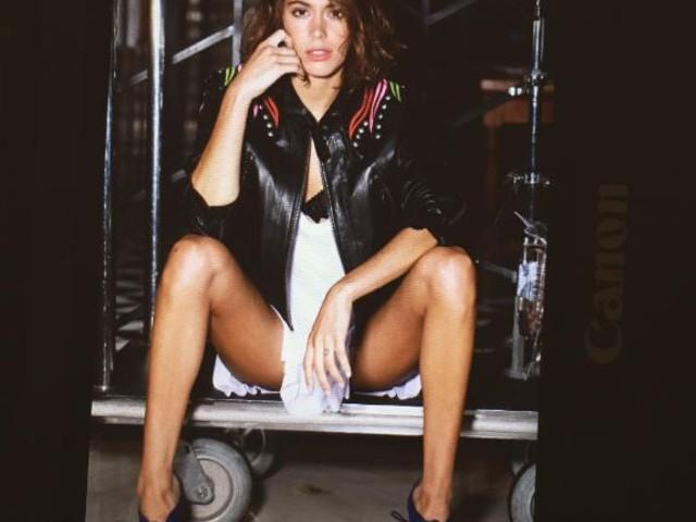 Martina Stoessel, shorts e giacca in pelle su Revista Mustique