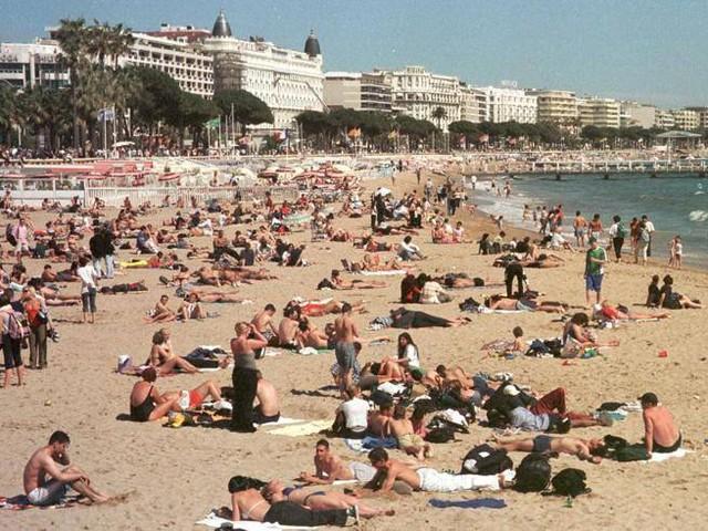Francia: allerta terrorismo, zainie borse vietati in spiaggia a Cannes