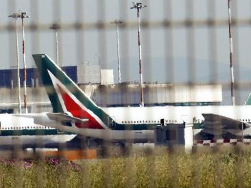 """Alitalia e Meridiana in sciopero, 155 voli cancellati in tutta Italia. Sindacati: """"No a licenziamenti"""". Ball: """"Tagliamo privilegi"""""""