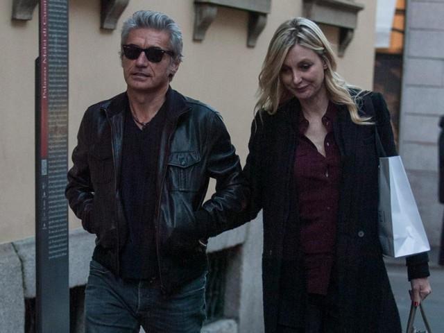 Luciano Ligabue e la moglie Barbara Pozzo a passeggio FOTO