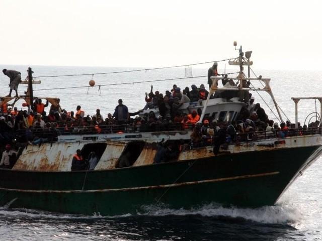 Libia, bombe sui barconi. Tutti i ministri in tv. Si studia missione modello Atalanta, ma l'ok dell'Europa non è scontato