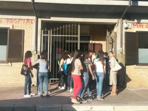 Filmavano i professori per poi deriderli: studenti sospesi, ma i genitori protestano