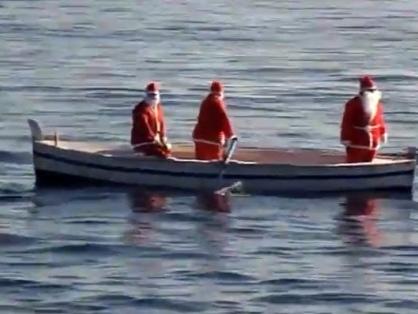 Italia, la moda del Babbo Natale che viene dal mare
