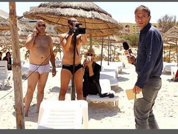 Operatori Sky in slip sulla spiaggia della strage in Tunisia
