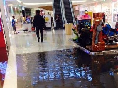 Villesse, la pioggia torrenziale allaga il Tiare Shopping