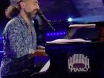 """Stefano Bollani, l'insolita jam session con Valerio Mastrandrea alla batteria a """"L'importante è avere un piano"""""""