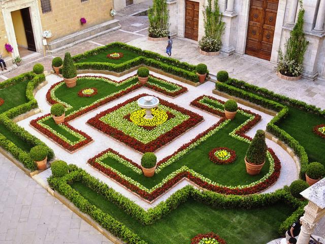 Il risveglio dei giardini, da Collodi a Pienza, mentre in Valdobbiadene vino e cultura festeggiano in villa