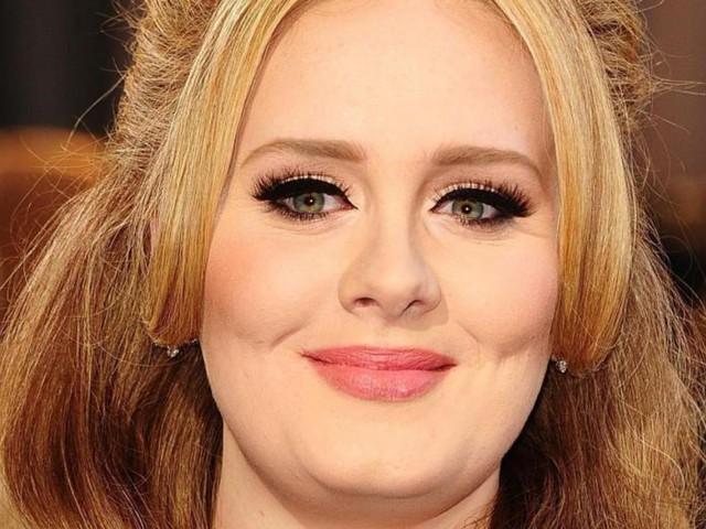 """Adele: """"Sono dimagrita eliminando zuccheri e tè"""". La dieta ha fatto perdere alla cantante 30 kg"""