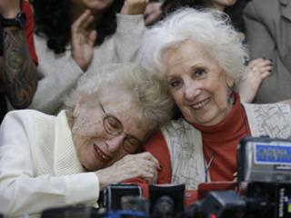 Argentina, Nonna di Plaza de Mayo ritrova il nipote dopo 36 anni