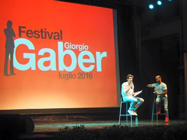 Il Festival Gaber ospita Emis Killa: «Il Signor G diretto come un rapper. I social? Rischiano di anestetizzarci»