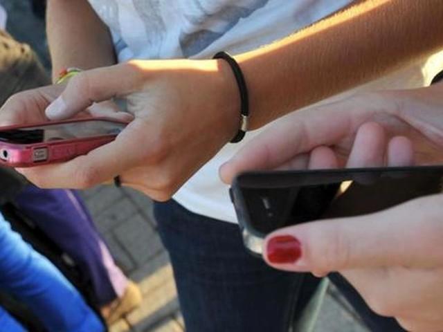 Vergogna a scuola: selfie con la compagna in crisi epilettica, tre sospensioni