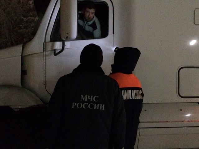 На Ямале более 30 застрявших из-за морозов большегрузов смогли продолжить путь
