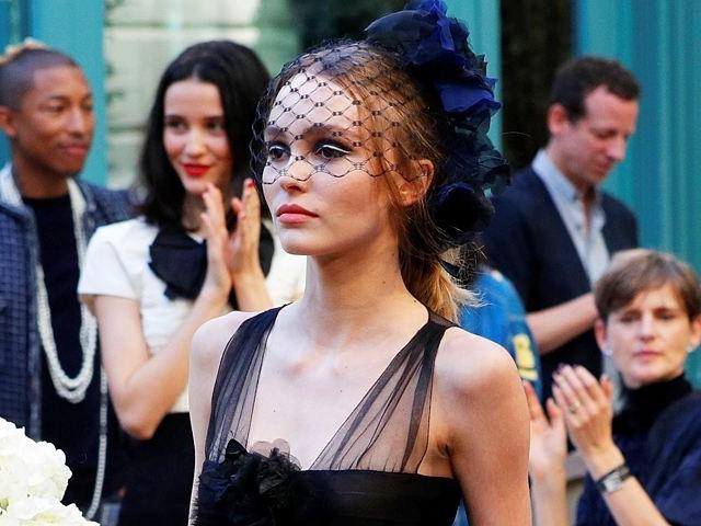 17-летняя дочь Джонни Деппа и Ванессы Паради стала главной звездой показа Chanel