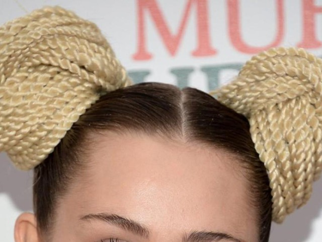 Miley Cyrus mauled by cat, documents injuries
