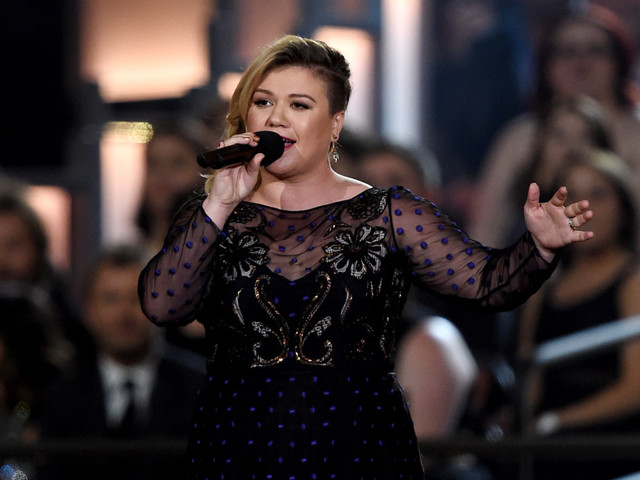 """Watch Kelly Clarkson Cover Miley Cyrus' """"Wrecking Ball"""""""