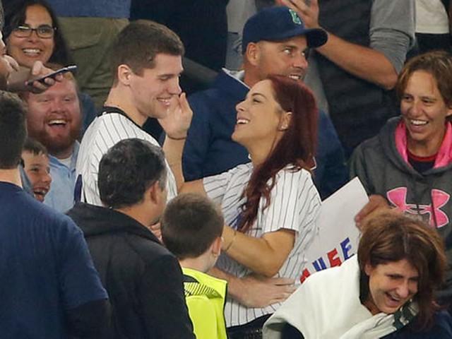VIDEO: Baseball fan proposing to girlfriend loses ring