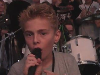 Video: 10-Year-Old IRON MAIDEN Fan Joins NICKO MCBRAIN For 'Flight Of Icarus' Performance
