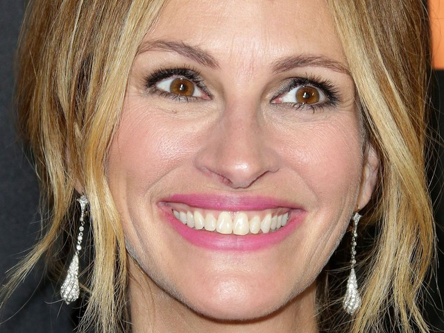 Julia Roberts & Jennifer Aniston Are Celebrating Mother's Day With Ball Jokes & Terrible Hair