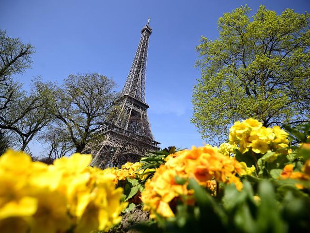 Eiffel Tower reopens after staff walk out over pickpockets